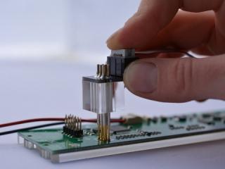 Federstift-Adapter zum Programmieren von Mikrocontrollern